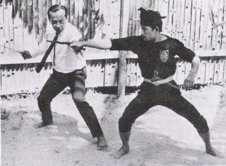 Mahaguru Meor Abdul Rahman sedang berseni keris(1973)